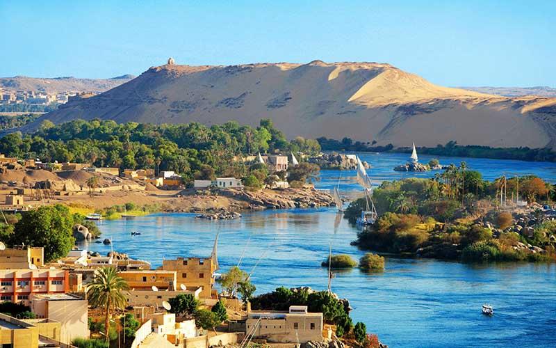 Assouan ou Syène est une ville d'Égypte située à environ 843 km au sud du Caire, sur la rive droite du Nil, près de la première cataracte.